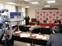 研修成果を発表する小山一学長(写真左)と協議会関係者(11月8日、田辺市役所で)
